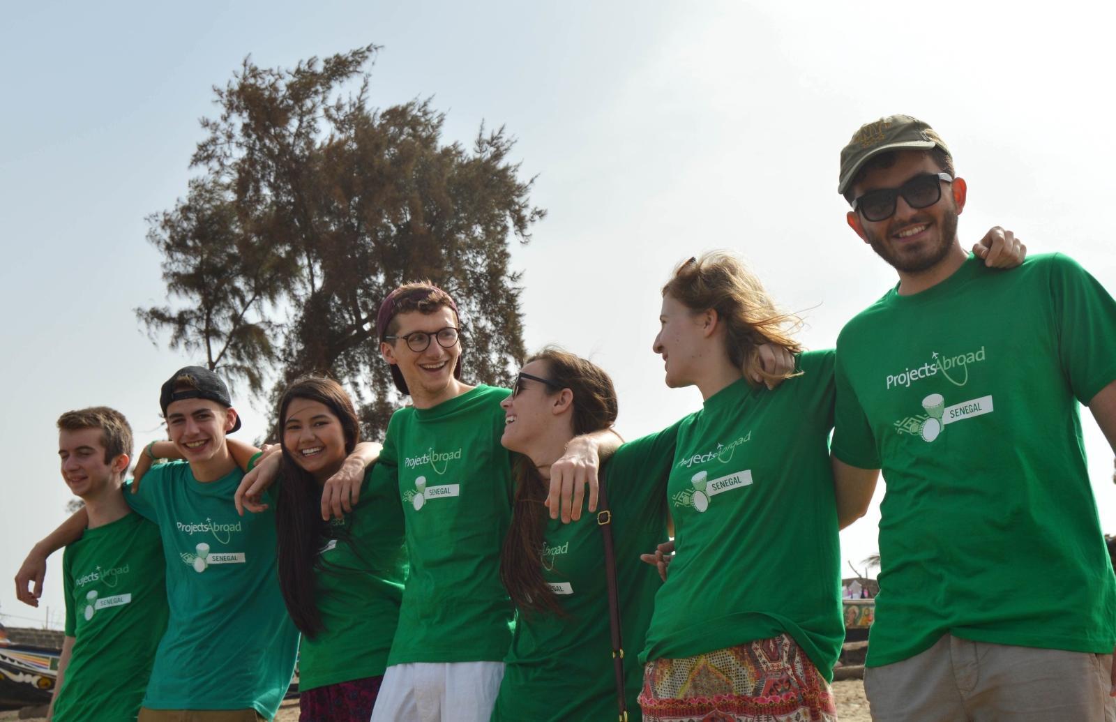 Voluntarios internacionales en una actividad social.